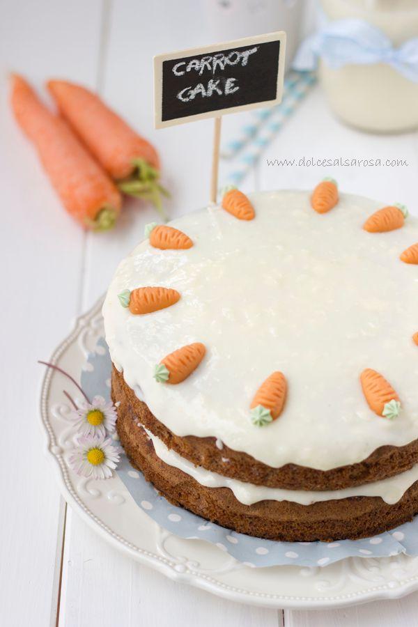 Delicioso y esponjoso pastel de zanahoria con relleno de crema de naranja y vainilla y cobertura blanca de vainilla