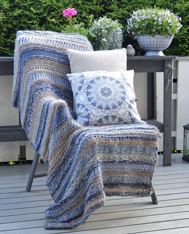 Så du det superkule sommerteppesjalet som en fantastisk kunde har strikket? Sitter du ute i kveld? Skulle du gjerne hatt et pledd over deg sånn i det solen går ned? Teppesjalet på bildet er strikke…