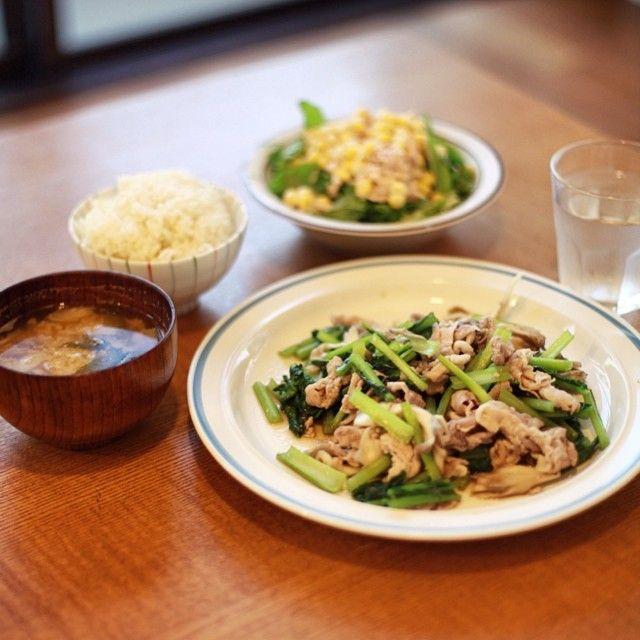 今日の夜ご飯は、豚肉と小松菜と舞茸の塩麹炒め、ツナマヨコーン水菜サラダ、ミョウガとわかめのお味噌汁、ごはん。うまい! from Instagram | オニマガ