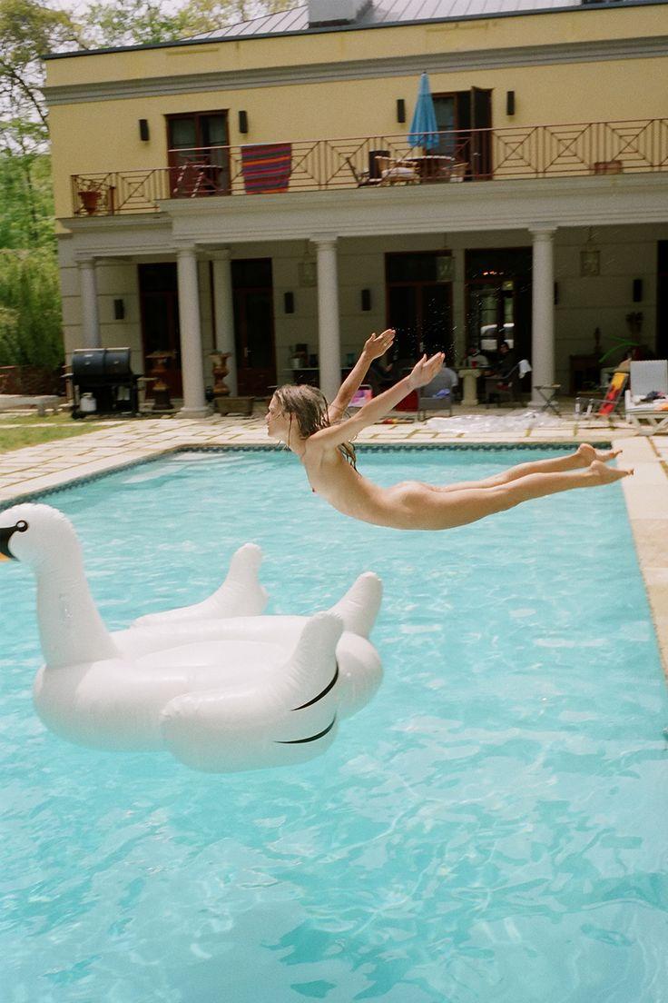 Elizabeth Henstridge naked