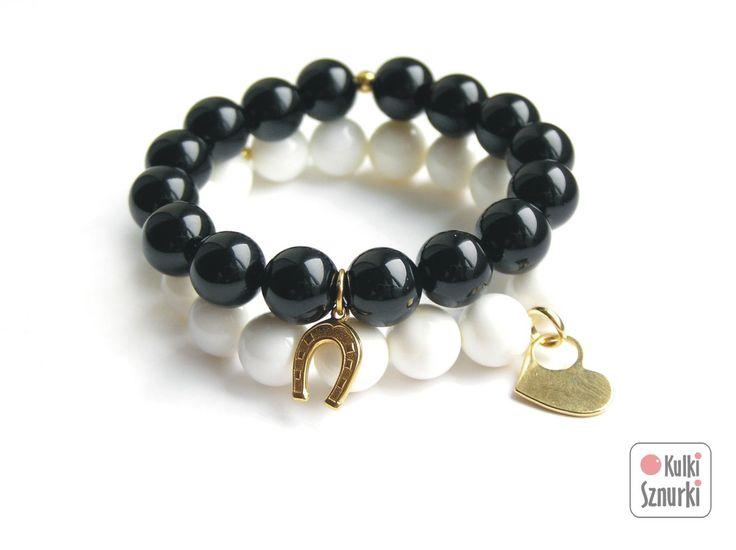 Kulki Sznurki - luksusowa biżuteria handmade z możliwością personalizowania.  www.facebook.com/...  bransoletki z zawieszkami  zestaw czarno-biały na szczęście #black&white #onyx #onyks #blackstone #black #white #seashell #czarny&biały   #kulkisznurki #walentynki #bransoletki #zawieszki #prezenty #bracelets #valentinesday #stretchbracelets #dzienkobiet #heart #gold #podkowa #naszczescie