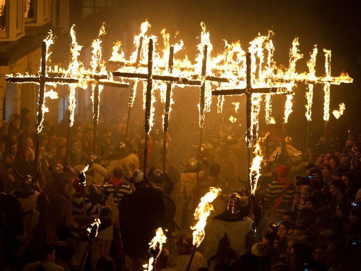 Malam Api Unggun di Inggris http://on-msn.com/1bcKuqr