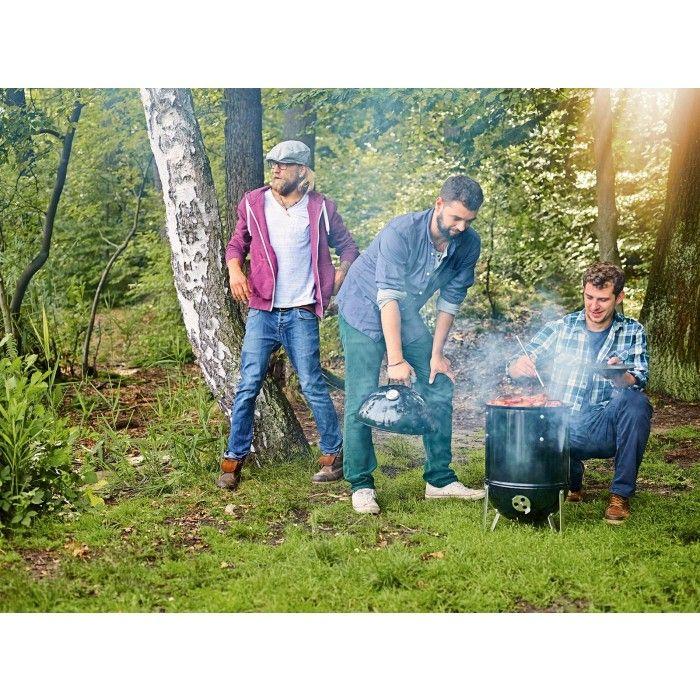 Weber Holzkohlegrill Smokey Mountain Cooker 47!  Der Smokey Mountain Cooker ist ein Holzkohlegrill zum Räuchern und langsamen Garen bei niedriger Hitze. Die eingebaute Wasserschale sorgt dabei für eine niedrige und stabile Temperatur.