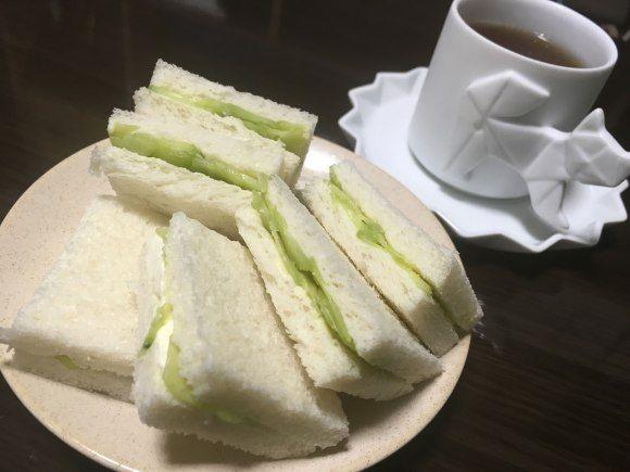 「キューカンバーサンドイッチ(Cucumber Sandwich)」。つまりキュウリのサンドイッチ