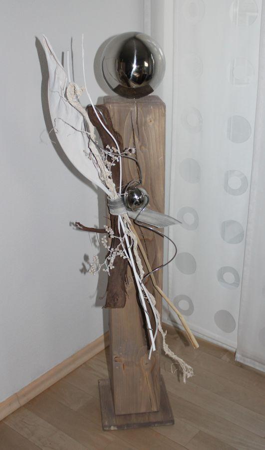 GS33-Große Dekosäule aus neuem Holz für Innen und Aussen! Natürlich dekoriert mit einer großen und kleinen Edelstahlkugel, Strelizienblatt und Weinrebenzweig! Preis 79,90€