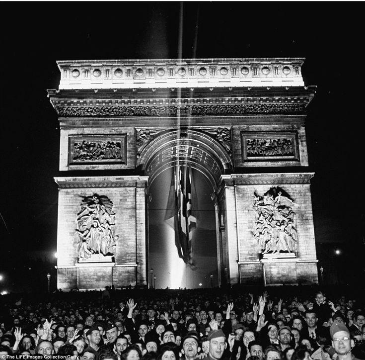 Paris raises the Tricolour flags as it honours terror attack victims | Daily Mail Online