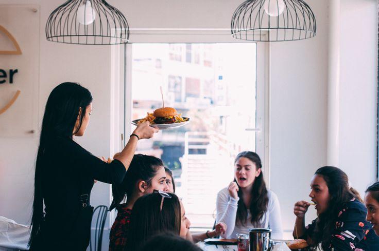 Στα Αla Burger δίνουμε σημασία στη λεπτομέρεια. Στην ποιότητα. Στην επικοινωνία. Στην εμπειρία που μοιραζόμαστε κάθε φορά. Δοκιμάστε γκουρμέ συνταγές με ευχάριστα απρόσμενους συνδυασμούς γεύσεων και απολαύστε τα χάμπουργκερ χωρίς ενοχές.  Θα γίνουν σίγουρα τα αγαπημένα σας! Quality Food Burger Kids Menu - Παιδικό Μενού Club Sandwich Sauce Ορεκτικά Πατάτες Σαλάτες Σάντουιτς Κυρίως Πιάτα Αναψυκτικά Ποτά Γλυκά  Ala Burger Quality Foods Πέτρου Ράλλη 527 Νίκαια 2104920233  Ala Burger Quality…