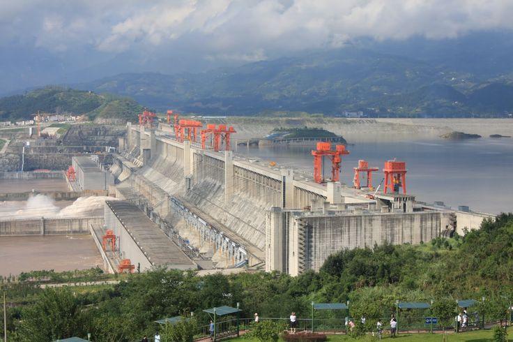 Para o último dia do cruzeiro no rio Yangtze estava reservada uma breve visita à famigerada barragem das três gargantas. Projecto gigantesco, em fase de conclusão, diz-se que é a maior obra de engenharia chinesa desde a construção da grande muralha e tem tanto de megalómano como de controverso. Construída um pouco a montante de …