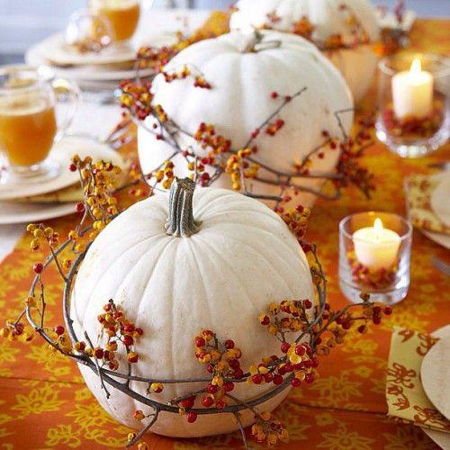 Белые тыквы, обернутые веточками с разноцветными ягодами (сделать их и подкрасить можно самостоятельно), станут прекрасным декором обеденного стола