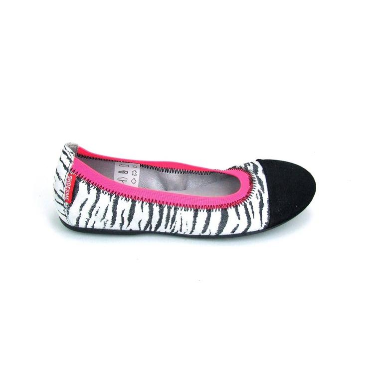 Voor de fashionable jongedame zijn deze trendy ballerinas van Shoesme! De ballerina zelf is uitgevoerd in een zwart witte zebra print. De rand van de ballerinas is van elastiek in een trendy fluor kleur roze. De loopzool van deze meisjesschoenen is van rubber en voorzien van kleine noppen.