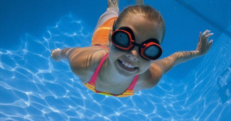 Como calcular a pressão da água dentro de uma piscina . A pressão da água da piscina vem do peso dela, apenas em função da profundidade da água e não da forma da piscina. Se você começar com a densidade da água, é possível calcular a pressão a uma determinada profundidade em uma piscina facilmente. O resultado final é a seguinte fórmula: para obter a pressão em libras por polegada quadrada (PSI), basta ...