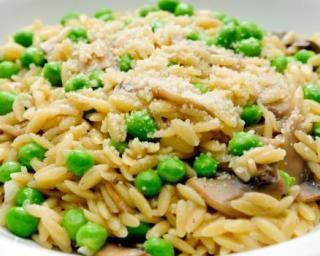 Poêlée légère d'orzo aux champignons et petits pois : http://www.fourchette-et-bikini.fr/recettes/recettes-minceur/poelee-legere-dorzo-aux-champignons-et-petits-pois.html