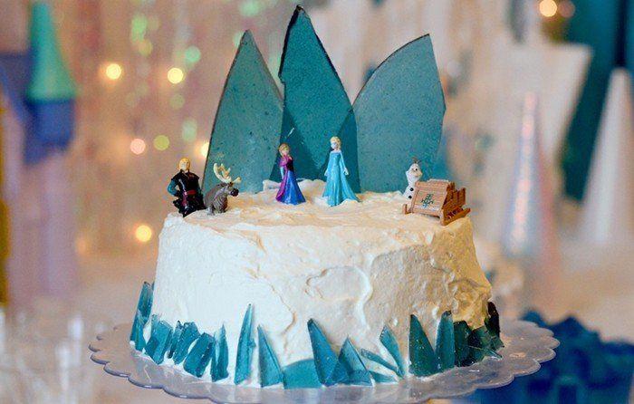 Un gâteau Reine des neiges, c'est ce qui vous faut pour l'anniversaire de votre fille ou votre garçon qui aime le dessin animé. Idées comment le faire à vous
