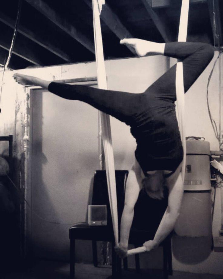 Hammock handstand #aerialyoga #aerialsilks  #aerialhammock #aerialfit  #handstand #aerialfabric #loveyoga #lifeisgood #fitness #fitlife