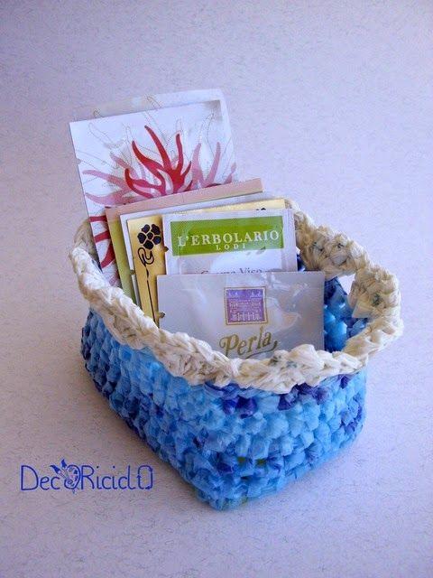 decoriciclo: mini cestino rettangolare realizzato con fettuccia ricavata dai sacchetti di plastica