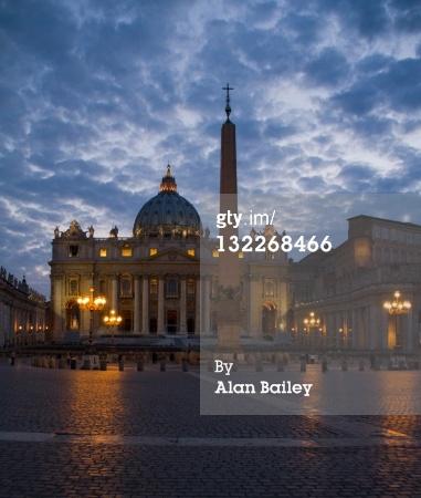 免版稅圖片:意大利羅馬梵蒂岡聖彼得大教堂照亮...