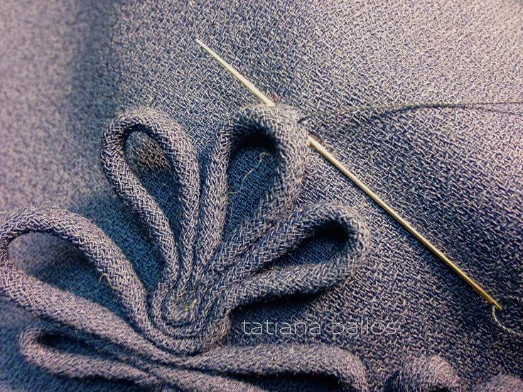 Отделка из декоративного вытачного шнура может стать настоящим украшение вашего изделия . И большая прелесть в том , что вам не потребуются дополнительные материалы , и никаких мучений с подбором правильных оттенков! Минус один - процесс трудоёмкий и требующий времени  1. Приготовить косые бейки, изготовить вытачные шнуры (рулики). Колличество и длина зависит от желаемого рисунка и наличия ткани, в данном случае потребовалось 17 шнуров 30-40 см длиной .  2. Собрать каждый шнур во фрагмент…
