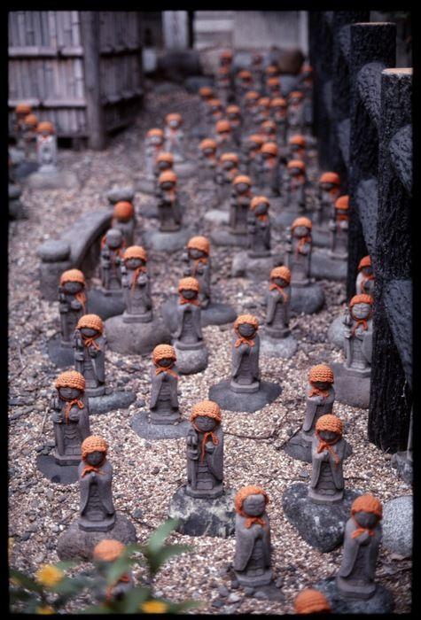 Een kinderbegraafplaats in Tokyo | Vind meer inspiratie over de traditionele uitvaart op http://www.rememberme.nl/traditionele-uitvaart/