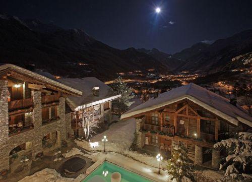 Nel cuore delle Alpi Occidentali, ai piedi del Monte Bianco in Valle d'Aosta, un angolo di Paradiso vi attende al Mont Blanc Hotel Village