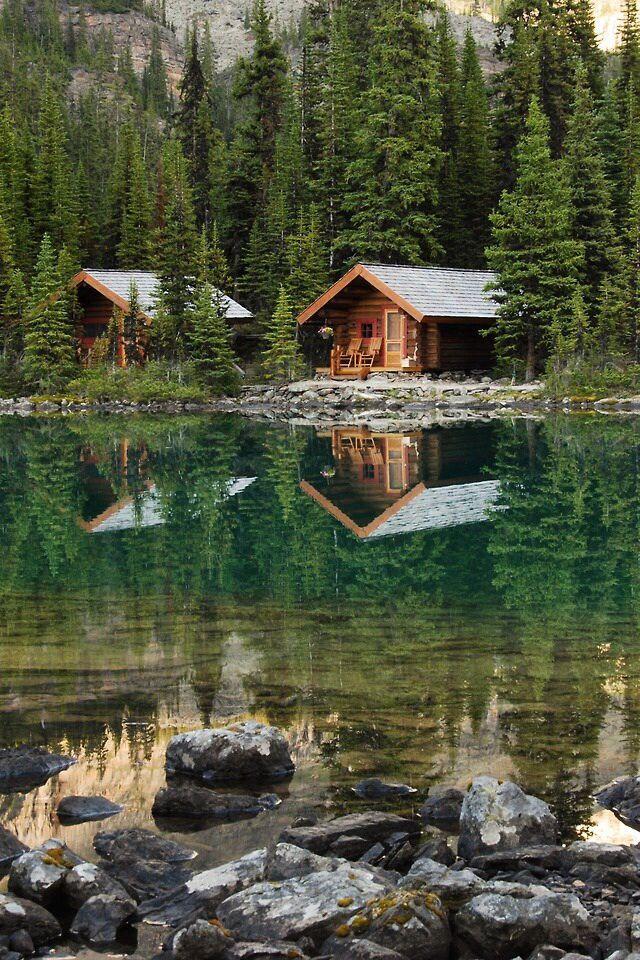 Sich im Wasser spiegelnde Waldhütten #cozycabin #cabin #waldhütte