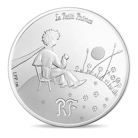 Μικρός Πρίγκιπας-Το Απαραίτητο είναι Αόρατο 10€, Ασήμι 900 Το Νομισματοκοπείο του Παρισιού γιορτάζει την πιο διάσημη δουλειά του Γάλλου συγγραφέα Antoine de Saint Exupéry, τον Μικρό Πρίγκιπα. Το βιβλίο, που γράφτηκε όταν ο συγγραφέας ζούσε στην εξορία,  στην Αφρική την περίοδο του Β 'Παγκοσμίου Πολέμου. Αφηγείται την ιστορία ενός αεροπόρου,  που συναντά ένα παράξενο μικρό αγόρι μετά από το αεροπορικό δυστύχημα που είχε  στην έρημο.
