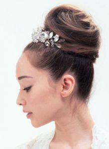 大ぶりのヘアアクセで可愛らしすぎないお団子スタイル! ウェディングドレス・カラードレスに合う〜お団子の花嫁衣装の髪型一覧〜