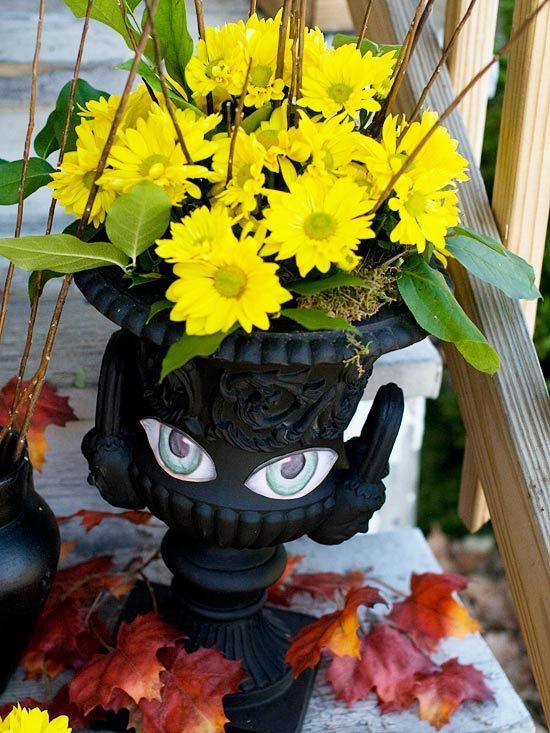 halloween bastelideen Deko-Blumenkübel mit Aufklebern - Augen