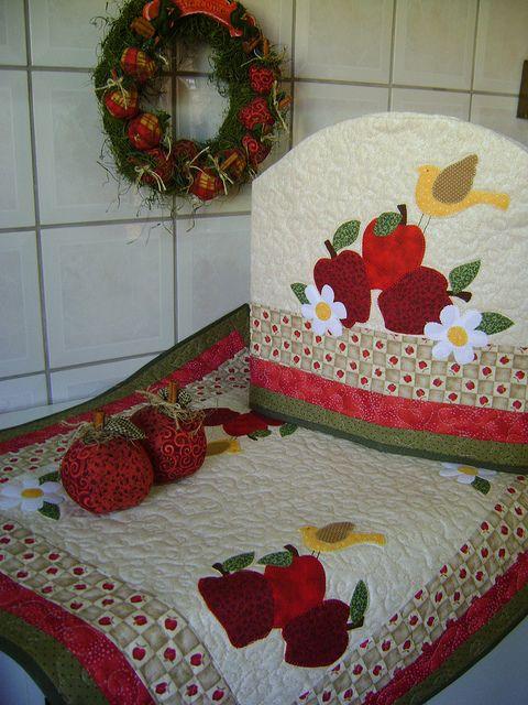 Jogo de maças - Centro de mesa e capa para galão de água by Artes da Zecota, via Flickr: