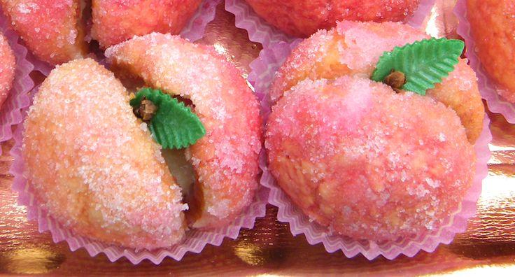 Pesche dolci con crema pasticcera: Sono dolcetti di piccola pasticceria farciti con la crema e bagnati nel liquore Alchermes.