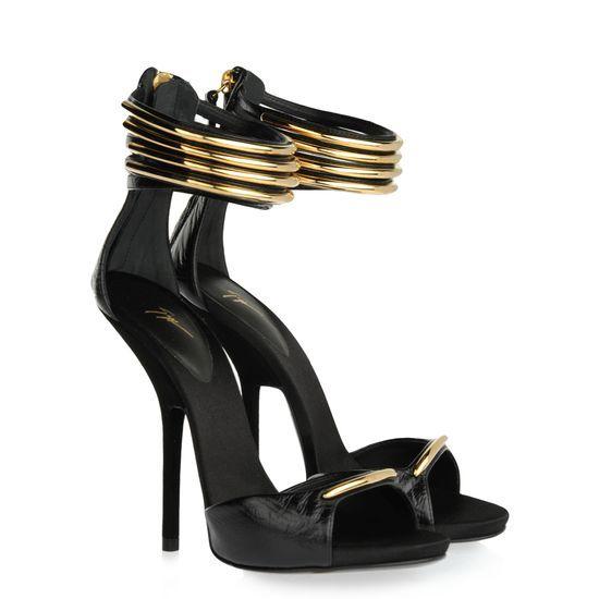 Elégance et minimalisme se mélangent en une seule essence: la sandale noire imprimée façon patte d'autruche s'illumine grâce à des détails géométriques à la cheville en métal doré.    Découvrez la nouvelle collection Reine D'Afrique sur le nouveau e-store Giuseppe Zanotti http://www.giuseppezanottidesign.com/fr/women/african-queen_gid21945/?macro=====D=P,E==========Ranking=