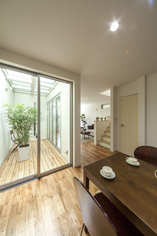 名古屋市中川区にあるラウムハウスのSE構法を使った狭小住宅モデルハウスとして施工した作品事例です。狭い間口でもリビングに中庭のある明るく開放的な建物です。