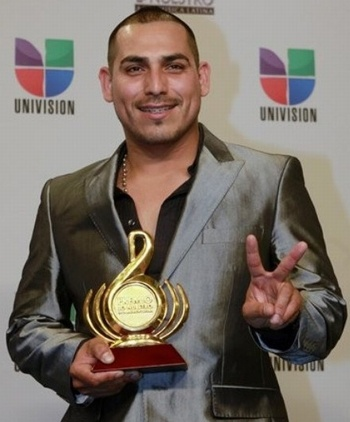 Espinoza Paz en los premios Oye con un saco muy visto en esta temporada Otoño-Invierno en tono metálico #MuyBien. No me gusta nadaaaaa la camisa abierta :/   #estilosymas #Mexico #estilo #Tendencias #outfit