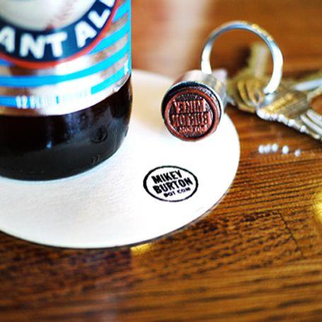 Slim: een logostempel aan je sleutelbos, dus altijd op zak. url erbij, mooi papiertje vonden, klaar!  DIY BUSINESS CARDS
