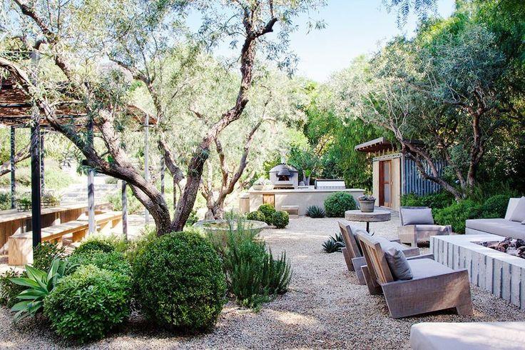 Малибу, бывший дом актёра Патрика Демпси: здесь ландшафтный архитектор Скотт Шрэдер использовал местные растения, для которых земля из мелкого гравия довольно привычна. Не без помощи красот ландшафта Шрэдеру удалось создать обеденное пространство на открытом воздухе.
