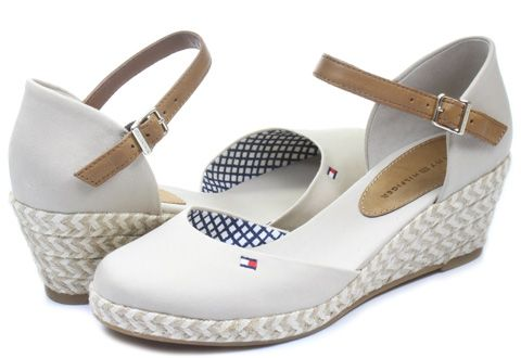 Dámske plážové sandále značky #TommyHilfiger predstavujú dokonalý doplnok Vášho letného outfitu! Model je vyrobený z látky, tradičné logo sa nachádza na bočnej strane. Nechýba platforma zdobená slameným vzorom.