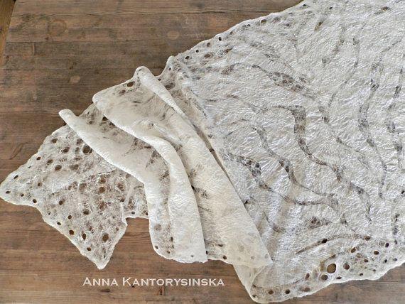 Nuno Gevilte zijden sjaal MOUSSE, crème-gekleurde, het is een delicate en zeer aangenaam aanvoelt. Opengewerkte sjaal ontstaat een speciale techniek spinnenweb. Creme sjaal is gemaakt van zeer dunne stukken van zijde gecombineerd met hoge-wol Australische Merino met ingerichte glanzend, zijde vezels. Sjaal kunnen een geweldige aanvulling voor crème trouwjurk of andere kleding. Perfecte mode accessoire cadeau voor een outfit en gelegenheid.  L 206 cm x W 58 cm (81 in x 22,8 in) De sjaal in…