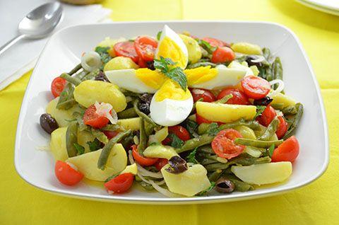 La ricetta dell'insalata di patate è perfetta quando si ha voglia di un piatto fresco ma sostanzioso. Ricca di ingredienti sani e gustosi come fagiolini, pomodori, olive, cipollotto e uova, l'insalata di patate è una delizosa ricetta estiva