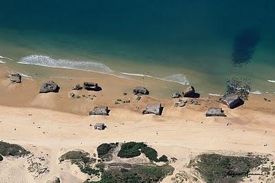 les derniers blockhaus du Mur de l'Atlantique au large de Capbreton qui n'en finissent pas de s'enfoncer dans le sable.