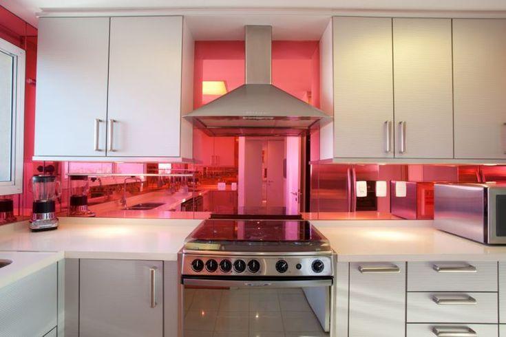 Inovação com acabamento de parede em vidro revestido de película rosa.