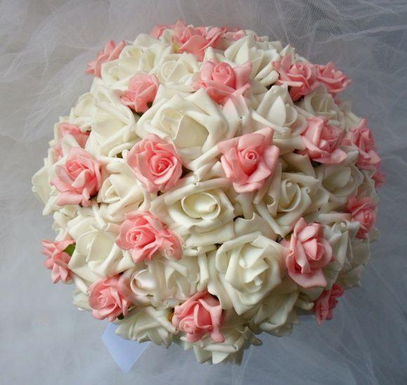 Buque feito com rosas brancas  permanentes , brancas grandes e  rosa menores,cabo  em pérolas   e acabamento com laço branco ou na cor de preferência da cliente. Trata-se de rosas de eva ,são flores de finíssima textura,aparentando rosas naturais. R$ 150,00