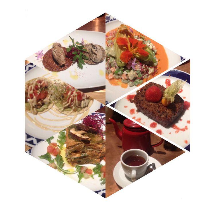 1 te rojo 2 Raw vegan lasaga calabacin, salsa de tomate seco y fresco , hojas de espinaca, queso de macadamia y pesto de albahaca. 3 tacos de maiz, guacamole, berenjena , shitake y por ahi vi champiñones tambien , col blanca china, sour cream de anacardos... 4 Craker de espelta chia y lino con babaganoush y craker de remolacha con una pasta de setas 5 Raw zuchinni Blossoms .. flores de calabacin rellenas con pasta de anacardos, salmonejo, maiz , habas verdes, bayas de goyi y mas cosicas.. 6…