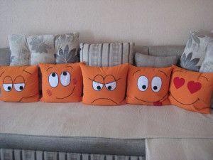 Cojines de caras con distintas emocionas! ... Yellow emoticon would also be so cool