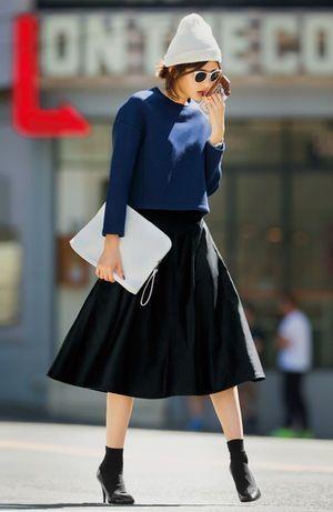 きれいなブルーのニットとブラックのフレアスカートを合わせたきれいめコーデ。シルエットのきれいなフレアスカートは、女性らしい雰囲気をつくりあげてくれますね。そんなレディな着こなしのハズし役には、ニット帽を。カジュアルな要素のつよいニット帽をコーデに取り入れることでワンランク上の着こなしに仕上がります。 ただかぶるだけじゃダメ!ハットとコーデの相性チェック | SHERYL [シェリル] | ファッションメディア