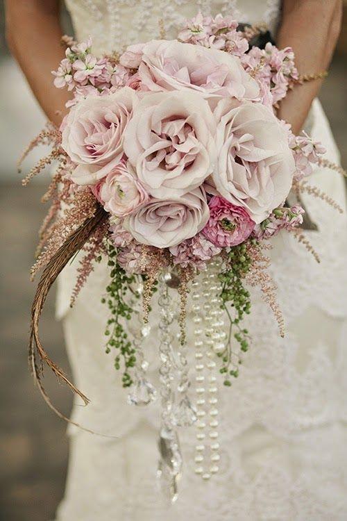 Bouquet a cascata con rose peonie, fili di perle e piume. Un'idea ricercata per una sposa shabby vintage. Una rivisitazione del classico mazzo di rose dal tono romantico e nostalgico, perfetto in abbinata a un abito liscio a sirena e una treccia dall'effetto spettinato. #Dalani #Wedding #Shabby