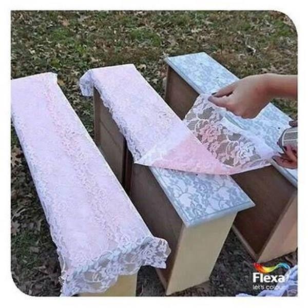 Een leuk idee om een kast, tafel of bankje te schilderen. Leg er een mooi gehaakt of kanten kleedje over voordat je gaat spuiten of schilderen.