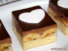 Leckerer Blechkuchen aus feinem Biskuitteig, mit Bananen und Schokocreme gefüllt und mit cremiger Schokoglasur dekoriert.