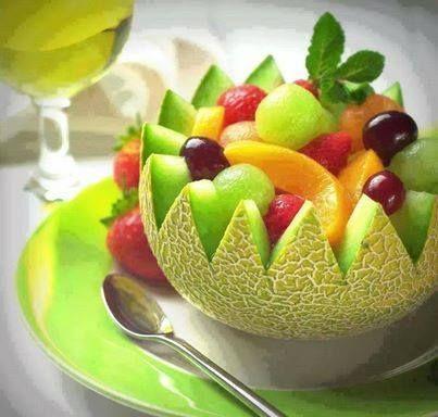 Fruitschaal van meloen gevuld met fruit