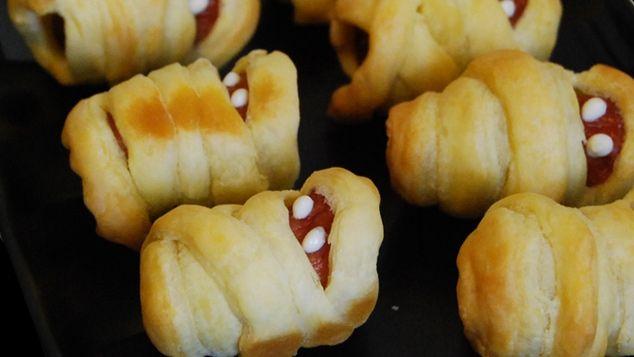 Des bandelettes de pâte feuilletée autour de knacki avec 2 points de moutarde pour les yeux, yabon !