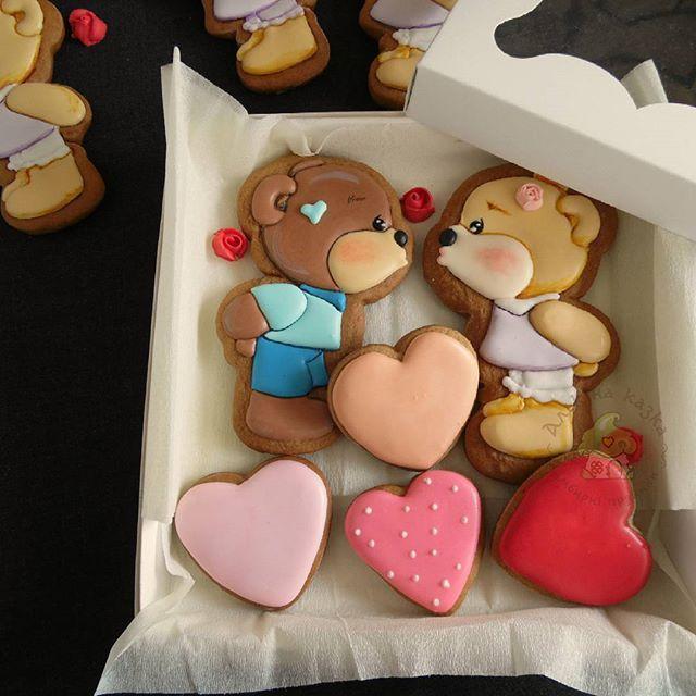 Мишки в наборе) В день влюблённых с правильным подарком!!  #имбирныепряникиалькинасказка #пряникиподзаказ #деньвлюбленных #любовьморковь❤️ #влюбленныемишки Cookies / cookies icing / decorated cookies /  decorating cookies / Valentine's Day cookies #cookies #cookiesicing #decoratedcookies #decoratingcookies #valentine'sdaycookies
