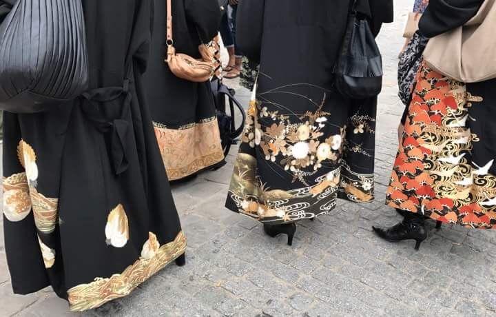 留袖着流しコートはゴージャス。カジュアルな服もゴージャスにランクアップしてくれます。パリの街にて撮影。